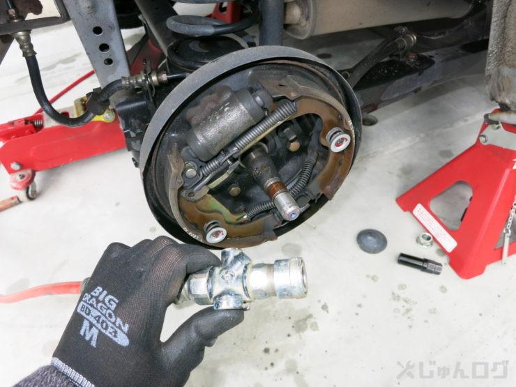 ドラムブレーキ内を掃除