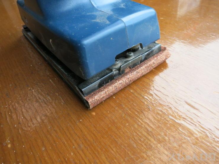 サンダーにペーパー付けて天板表面を削ります。