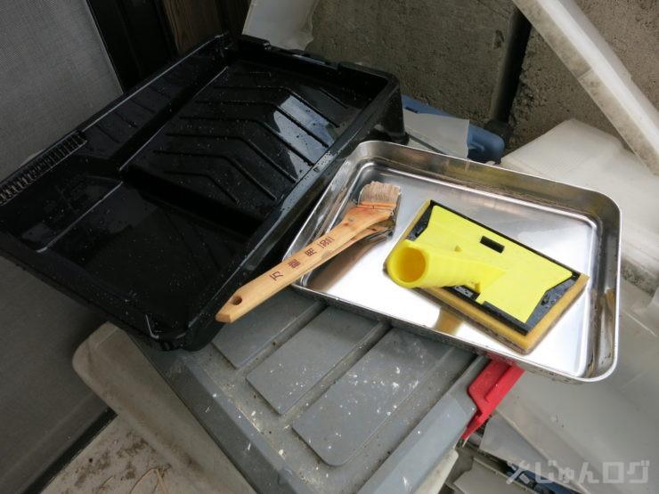 道具洗い後は次回まで保管する履けとコテバケは水に漬けて保管