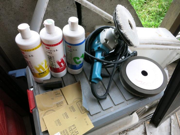 磨きで用意する道具、ポリッシャーとコンパウンドとペーパー
