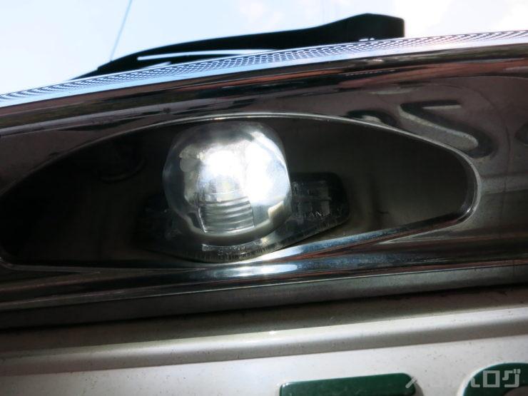 切れてるナンバー灯LEDの確認、左側が切れてる