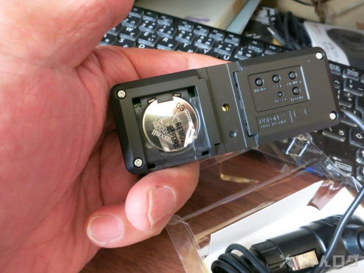 本体の裏面の蓋を開けたらボタン電池が現れますが、ナイロンで通電しないようになってます。