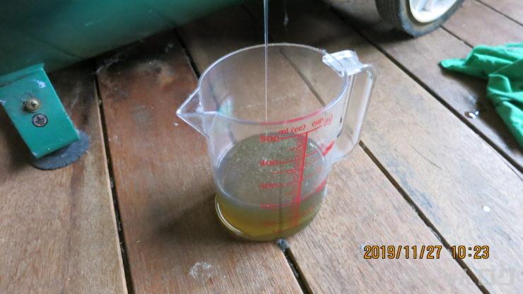 計量カップに廃油を受ける