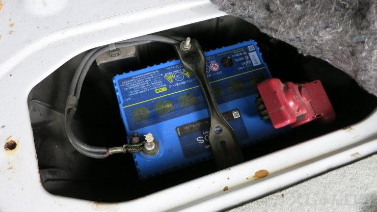 バッテリー押さえを外し方