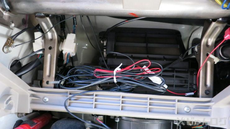 電源がが赤い線でアースは黒い線で左右に見えます。