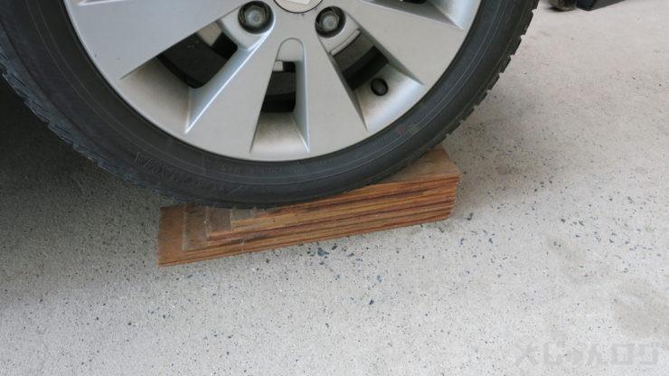 木を下に置いてタイヤを乗せる