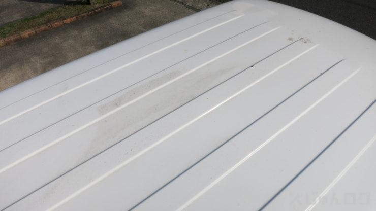 洗っただけの屋根には凄い汚れが残っている