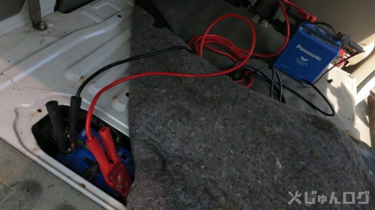 エブリィの車内で上がったバッテリーをブースターケーブルで繋ぐ
