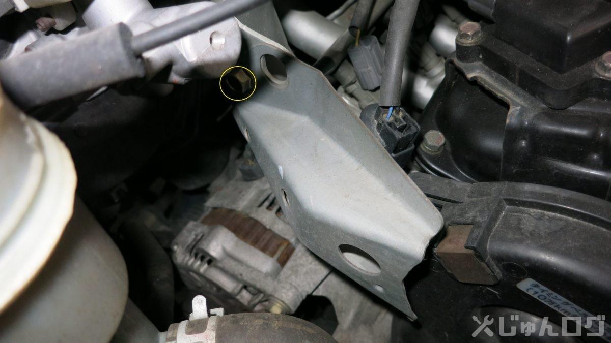 エンジン上部のカバーを外す